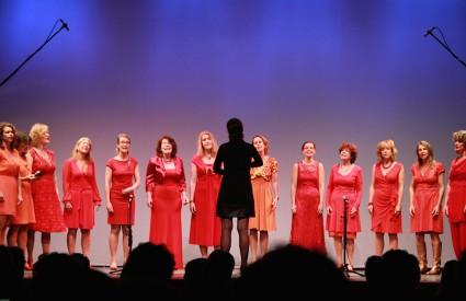 Examen Tatiana Kouzovkina met haar zanggroep Angels - foto: Annemieke Visscher