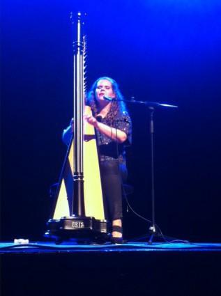 Iris Kroes op het podium van BALK festival Noord