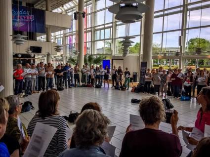Het festival werd uiteraard zingend geopend - foto: Annemarie Homan