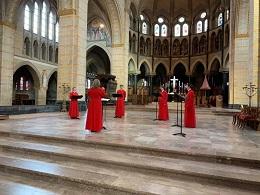 Sanne Nieuwenhuijsen dirigeert in de St. Bavokathedraal